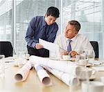 Les hommes d'affaires ayant la réunion dans la salle de conférence