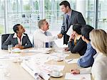 Gens d'affaires ayant la réunion dans la salle de conférence