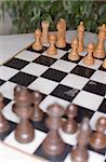 Schachbrett auf einer Tabelle - Gesellschaftsspiel - Strategie