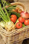 Nahaufnahme von Weidenkorb gefüllt mit Mischgemüse