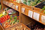 Körbe, gefüllt mit frischem Obst und Gemüse in einem Lebensmittelgeschäft