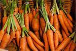 Retroadapter für einen Korb voller getrimmt Sträuße Karotten