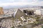 Vue aérienne de la Strip de Las Vegas, vue sur le Luxor Hotel and Casino, Las Vegas, Nevada, USA