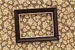 Un cadre d'image inclinée accroché sur un mur
