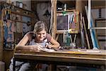 Une jeune femme travaillant dans un studio d'art