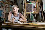 Une jeune femme travaillant dans un studio d'art, portrait