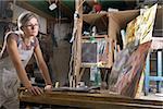 Une jeune femme, compte tenu de sa peinture dans un studio d'art