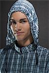 Portrait d'un homme vêtu d'une chemise à capuche