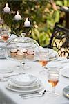 Tablett mit Cupcakes auf Tisch legen für Dinner-Party