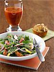 Spinat-Salat mit Lachs und Champignons, Mandel Muffin und Glas Tomatensaft