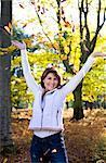 Portrait de femme en forêt en automne, jeter les feuilles dans l'Air