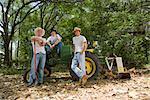 Portrait de jeunes cowboys relaxants près de plein air tracteur