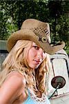 Portrait de jeune blonde cow-girl cowboy Hat, à côté du camion à l'extérieur