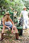 Jeunes cow-boys et cow-girl traîner de plein air tracteur