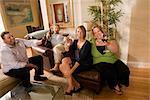 Portrait de quatre amis de race blanche, griller le vin dans le salon