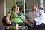 Caucasien couple assis sur la véranda, rire