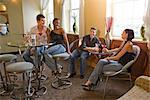 Portrait de jeunes amis adultes assis à des tables dans un restaurant
