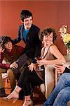Portrait de groupe des élégantes jeunes adultes assis dans le salon moderne, rire