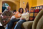 Porträt des afroamerikanischen Familie sitzen auf der Couch im Wohnzimmer
