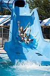 Mère et fille, glissant sur l'eau de glisser dans le parc de l'eau