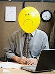 trauriges Gesicht im Büro