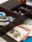 Fournitures de bureau sur le bureau dans les bureaux à domicile