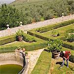 Mann in einem Garten Rechen