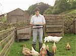 Bauer mit Eier, Hühner und Gänse