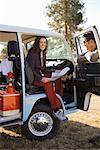 Femme lisant la carte que le Couple se prépare pour un voyage sur la route, Bend, Oregon, Etats-Unis