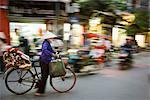 Femme avec fleurs sur bicyclette, vieille ville, Hanoi, Vietnam