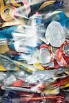 Canettes d'aluminium dans le sac en plastique, plein cadre