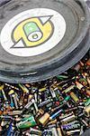 Piles dans le bac de recyclage