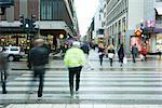 Schweden, Stockholm, Fußgänger, die Straße überqueren