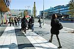 Schweden, Stockholm, Fußgänger zu Fuß auf dem breiten Bürgersteig