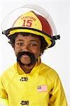 Garçon habillé en pompier