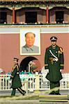 Policier paramilitaire sur la garde à la porte de la paix céleste, le Portrait de Mao Tsé-Toung dans la fond, le Palais impérial, place Tiananmen, Forbidden City, Beijing, Chine