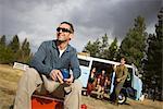 Groupe d'amis sur un voyage de Camping, un homme assis sur un refroidisseur café boire, Bend, Oregon, Etats-Unis