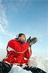 Homme jouant dans la neige, le Land de Salzbourg, Autriche