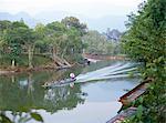 Hors-bord moteur chaloupe sur la rivière Melinau, Mulu National Park, Sarawak sur l'île de Bornéo, en Malaisie, Asie du sud-est, Asie