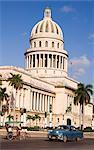 Une voiture des années 1950 et le pousse-pousse passent le Capitole dans le centre de la Havane, Cuba, Antilles, Caraïbes, Amérique centrale