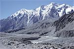 La route de Karakorum (Karakoram) du côté chinois, avec la rivière Giz, Xinjiang, Chine, Asie