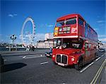 Alten Routemaster Bus bevor sie zurückgezogen, auf Wesminster Brücke mit London Eye in Hintergrund, London, England, Vereinigtes Königreich, Europa