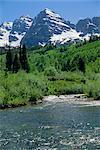 Maroon Bells vues partir de cours d'eau se précipiter pour se nourrir de Bordeaux lac à proximité, Aspen, Colorado, montagnes Rocheuses, États-Unis d'Amérique, Amérique du Nord