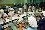 Frauen arbeiten auf einer Produktionslinie in der Computerindustrie in Bangkok, Thailand, Südostasien, Asien