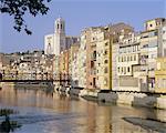 Medieval houses on the Onyar River, Girona, Catalunya (Catalonia) (Cataluna), Spain, Europe