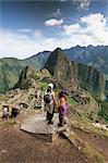 Touristes donnant sur les ruines du site Inca, Machu Picchu, patrimoine mondial de l'UNESCO, Province d'Urubamba, Pérou, Amérique du Sud