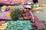 Opérateur de marché en bateau vente fleurs et fruit, Damnoen Saduak flottant sur les marchés, Bangkok (Thaïlande), l'Asie du sud-est, Asie