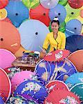 Frau Malerei Sonnenschirme, Sonnenschirm, produzierende Papierfabrik, Bo Sang Regenschirm Dorf, Bo Sang, Chiang Mai, Nord-Thailand, Thailand, Südostasien, Asien