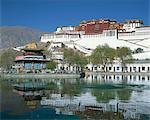Le palais du Potala, patrimoine mondial de l'UNESCO et lac à Lhassa, Tibet, Chine, Asie