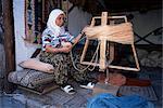 Femme collecte de laine teint en atelier de tapis, Kusadasi, Anatolie, Turquie, Asie mineure, Eurasie